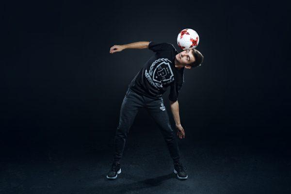 trzymanie piłki na skroni
